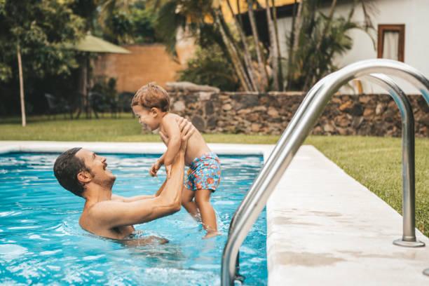 familie im pool - pool schritte stock-fotos und bilder