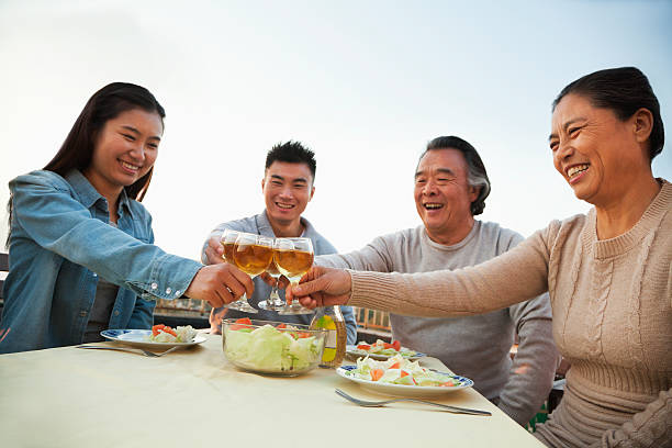 familien-grillparty, toast - dachschräge einrichten stock-fotos und bilder