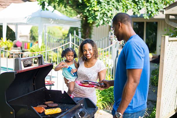 familien-barbecue - geheime garten parties stock-fotos und bilder