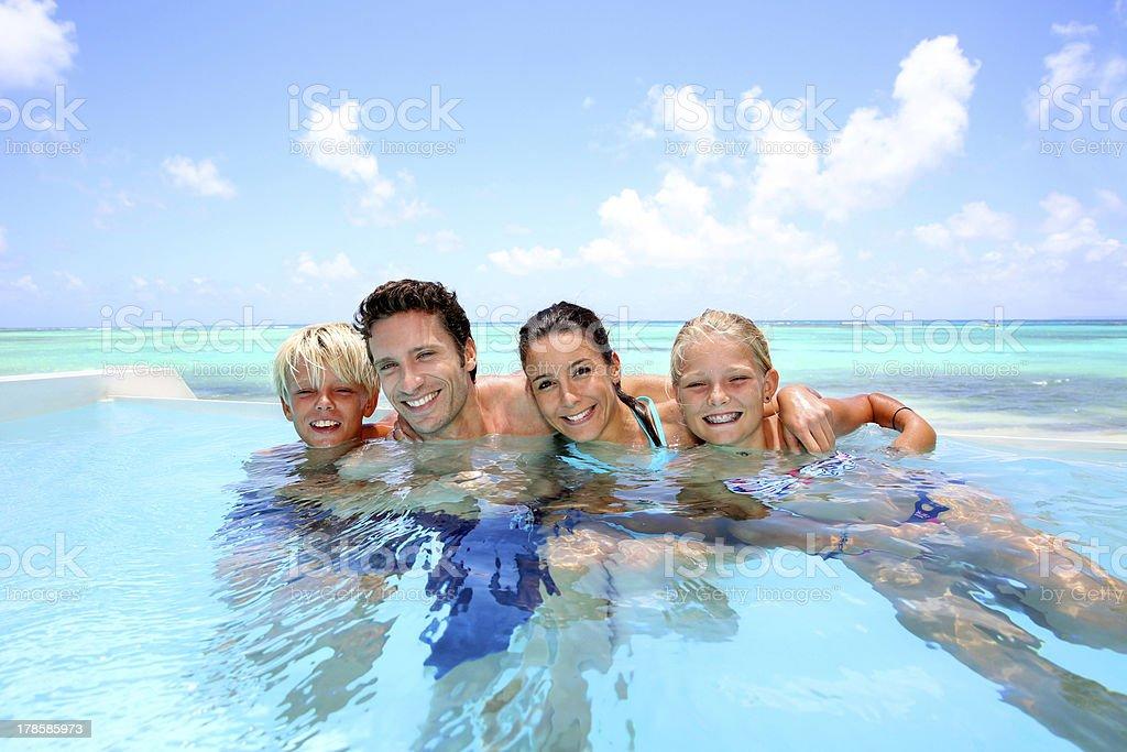 Famille se baignant dans la piscine - Photo
