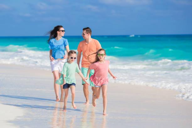 strand-urlaub-familie - urlaub in kuba stock-fotos und bilder
