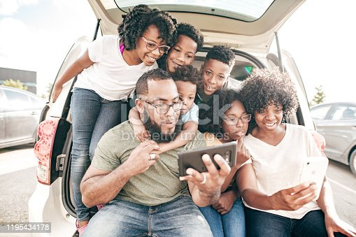 807410214 istock photo Family before the road trip taking selfies 1195434178