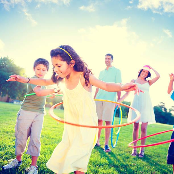 familienbehandlungen park entspannende übung-konzept - hula hoop workout stock-fotos und bilder
