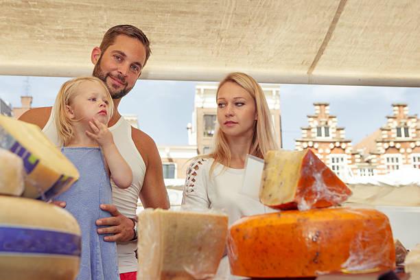 familie kauf von käse im freien markt - günstig nach amsterdam stock-fotos und bilder