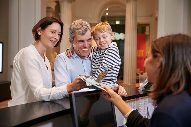 Famille acheter des billets d'entrée pour le musée de la réception - Photo