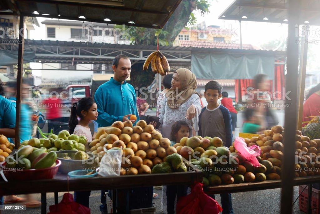 Family buying fruits at market - Royalty-free 10-11 Years Stock Photo