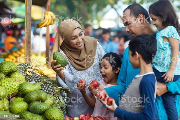 Family Buying Soursop And Water Apples In Market — стоковые фотографии и другие картинки 10-11 лет