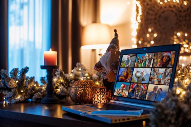 familie die een beroep doet op een home office-set-up voor webinar en teleconferentie bij de afsluiting van kerstmis - christmas family stockfoto's en -beelden