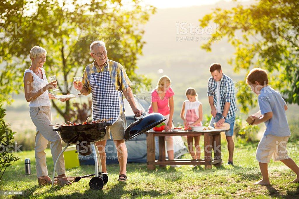 Famille faire du Camping et cuisine - Photo