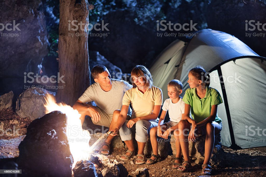 Familie camping bei Nacht – Foto