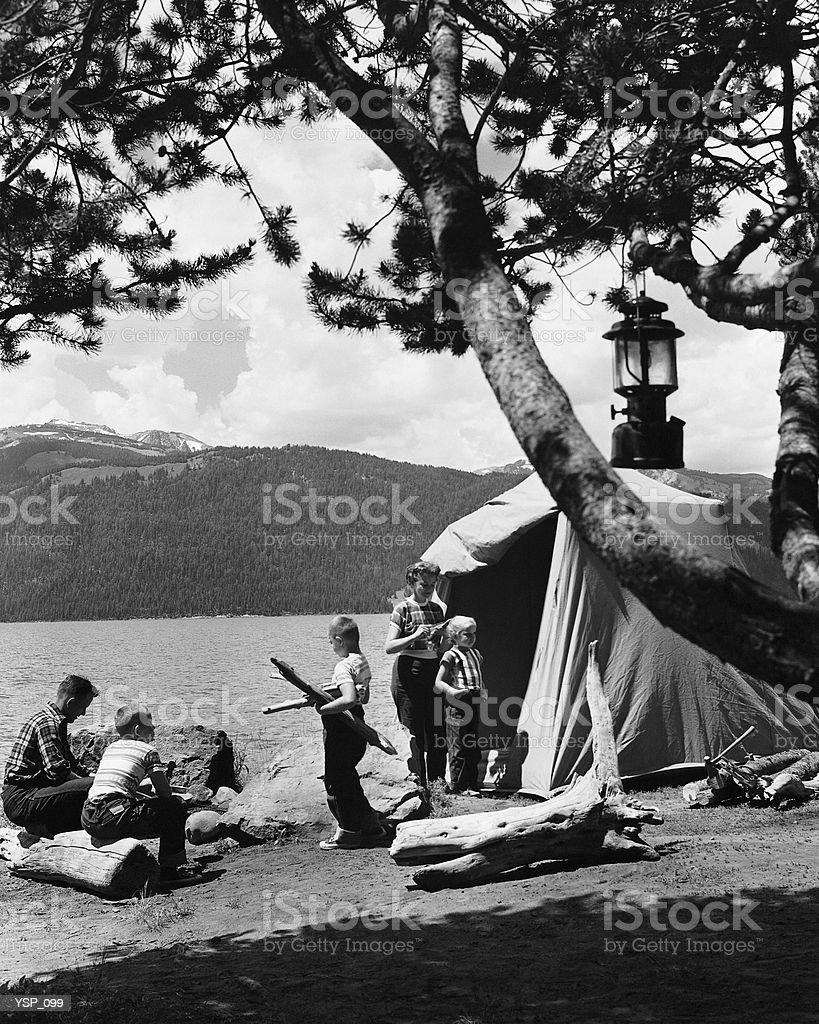 Famiglia campeggio foto stock royalty-free