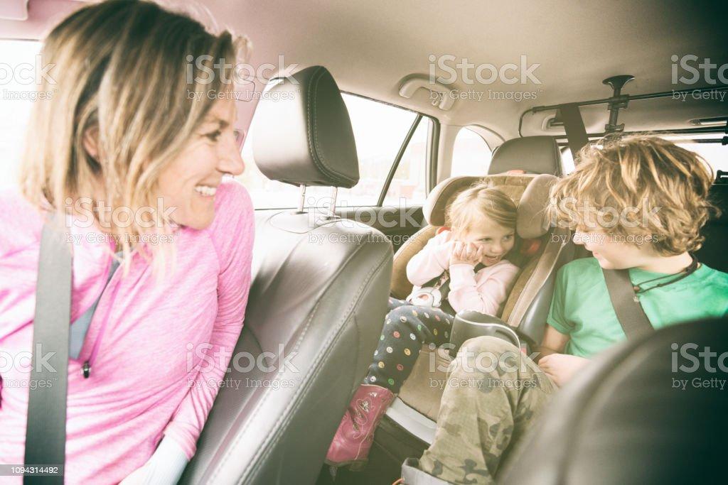 Familie Auto Sicherheit mit Kindern sicher angeschnallt im – Foto