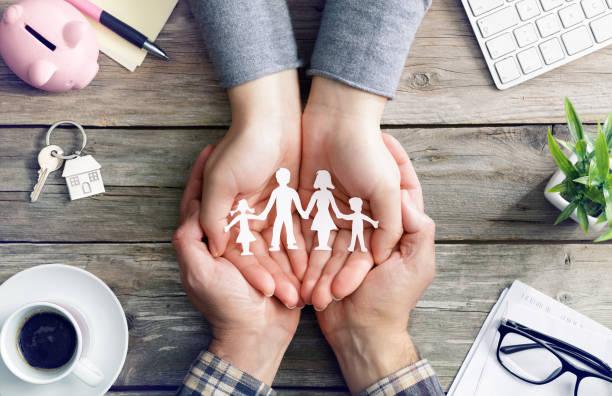 cura e amore in famiglia - mani con simbolo di famiglia silhouette - protezione foto e immagini stock