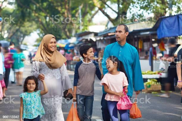 Familjen Bär Plastpåsar Promenader I Marknaden-foton och fler bilder på 10-11 år