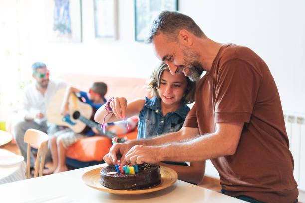 familie feiern geburtstag - gitarren geburtstagstorten stock-fotos und bilder