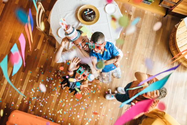 familie feiern geburtstag - alles gute zum geburtstag sohn stock-fotos und bilder
