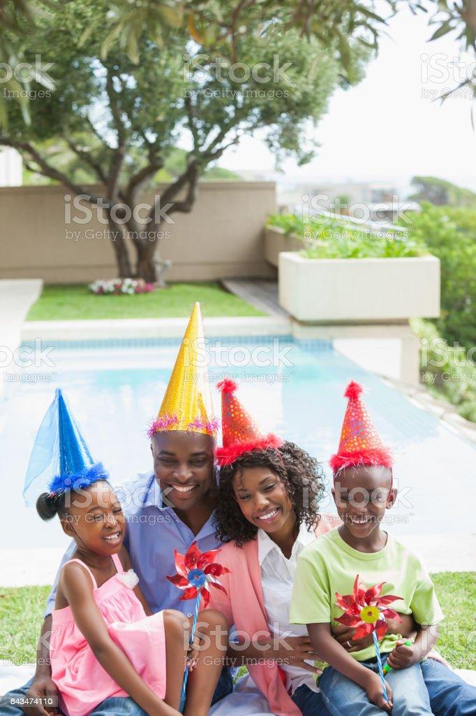 Família celebrando um aniversário juntos no jardim - foto de acervo
