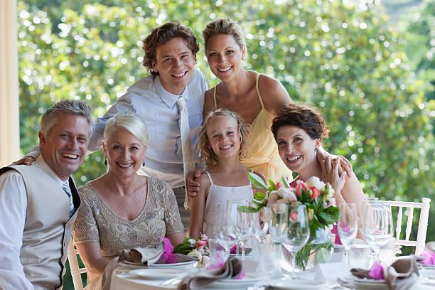 familie feiert in hochzeitsempfang - bräutigam tisch stock-fotos und bilder