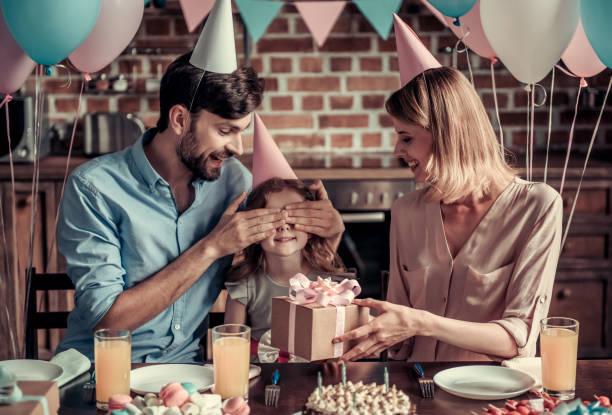 familie feiern geburtstag - geburtstagsgeschenk für papa stock-fotos und bilder