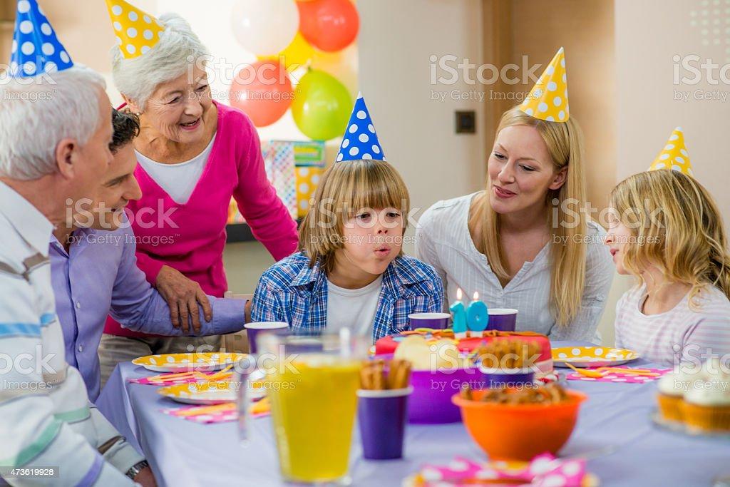 Fotograf a de ni o de familia celebrando un cumplea os y - Cumpleanos para ninos de 10 anos ...