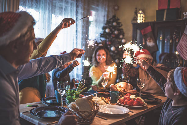 family celebrating christmas for many years together - dîner de famille photos et images de collection