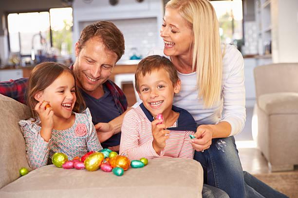 páscoa na casa de família celebrando - familia pascoa - fotografias e filmes do acervo