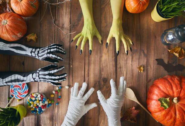 familie feiern halloween - halloween party lebensmittel stock-fotos und bilder