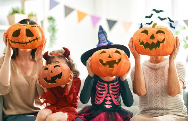 famiglia che celebra halloween - halloween foto e immagini stock