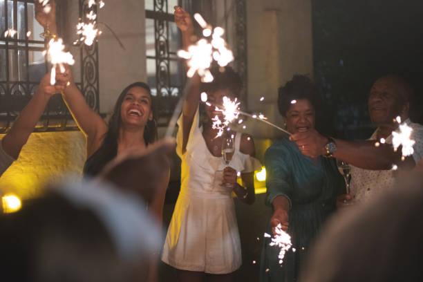familie feiern silvesterparty mit wunderkerze - erfolgreich wünschen stock-fotos und bilder