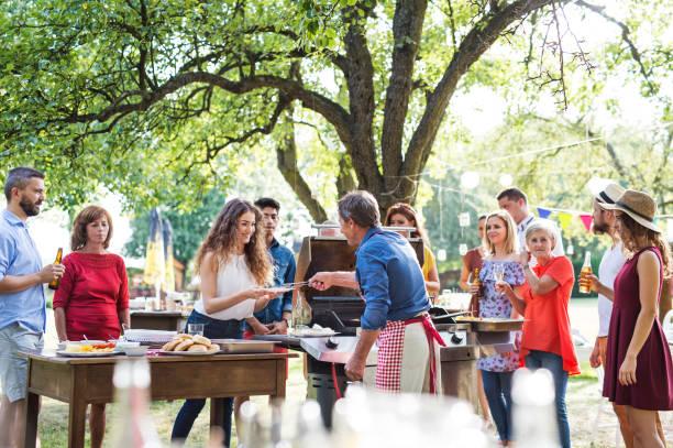 uroczystość rodzinna lub impreza przy grillu na podwórku. - barbecue zdjęcia i obrazy z banku zdjęć