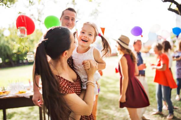 familienfeier oder eine gartenparty draußen im hinterhof. - musik kuchen stock-fotos und bilder