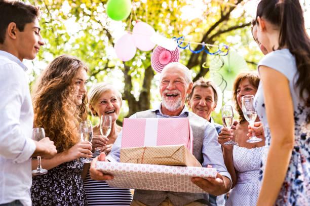 familienfeier oder eine gartenparty draußen im hinterhof. - alles gute zum geburtstag sohn stock-fotos und bilder