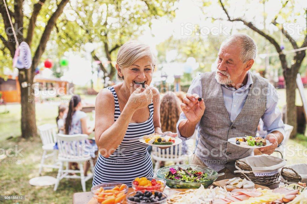 Aile kutlama veya arka bahçesinde bir Bahçe partisi-dışında. stok fotoğrafı