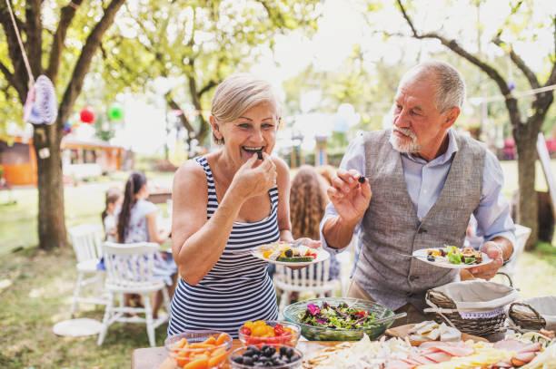 Familienfeier oder eine Gartenparty draußen im Hinterhof. – Foto