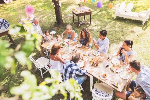 fête de famille ou une partie de jardin à l'extérieur dans l'arrière-cour. - repas amis photos et images de collection