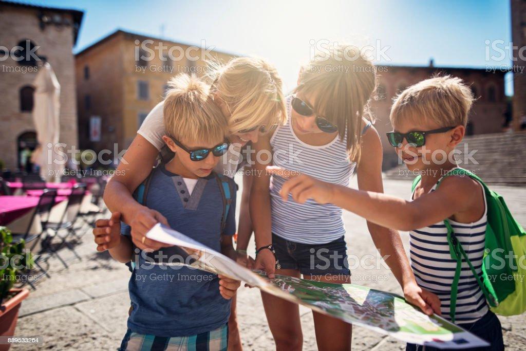 Familie überprüfen Map im italienischen Stadt Massa Marittima in der Toskana – Foto