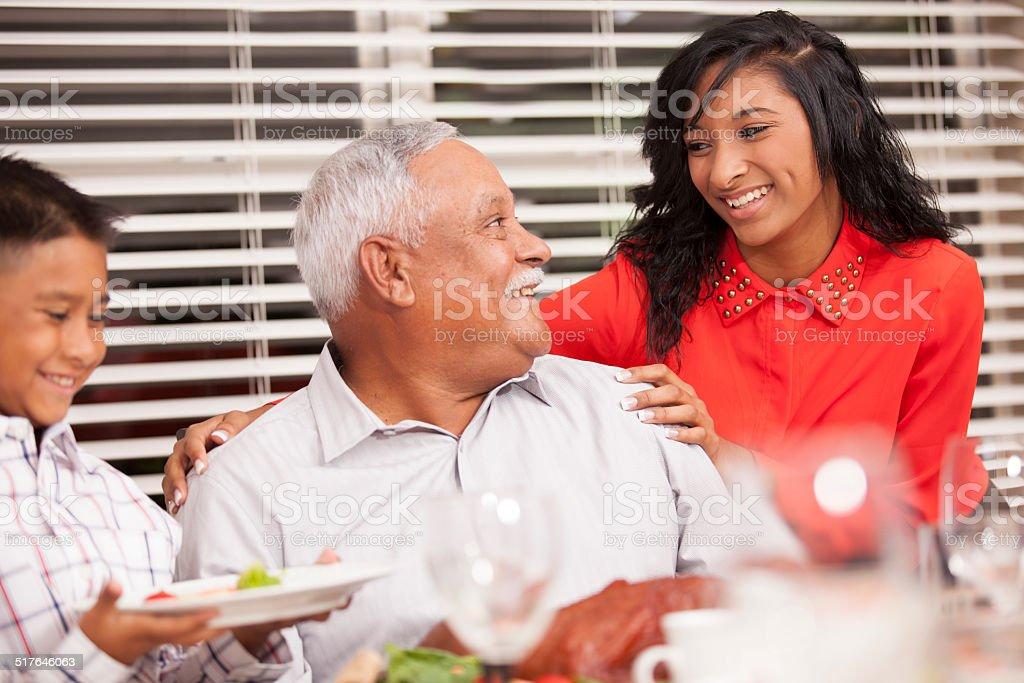 Familia, niño con abuelo en el Día de Acción de Gracias.  Mesa de comedor. - foto de stock