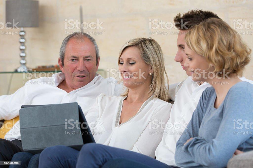 Família escolher próximas férias na internet foto royalty-free