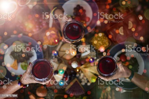 Family Christmas Dinner For A Celebration With Red Wine And Cheers - Fotografie stock e altre immagini di Alchol