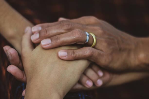 familie communie samen, liefde voor de volgende holding handen voor eeuwig - foto's van hands stockfoto's en -beelden