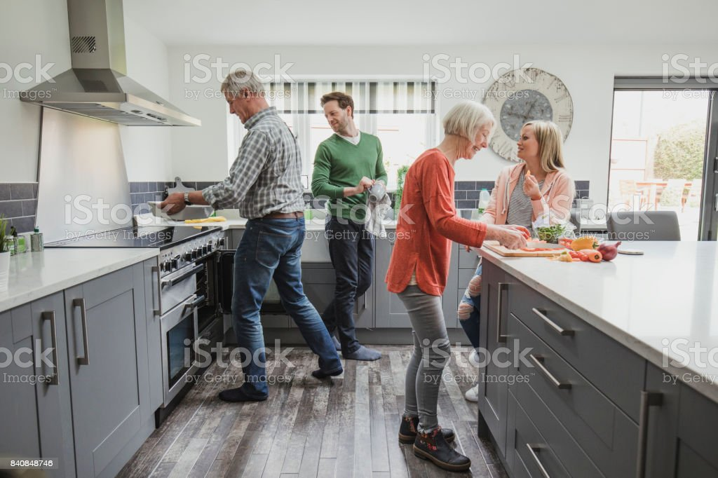 Familie koken van een maaltijd foto