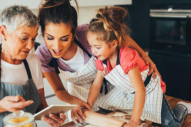Famille de cuisson dans la cuisine - Photo