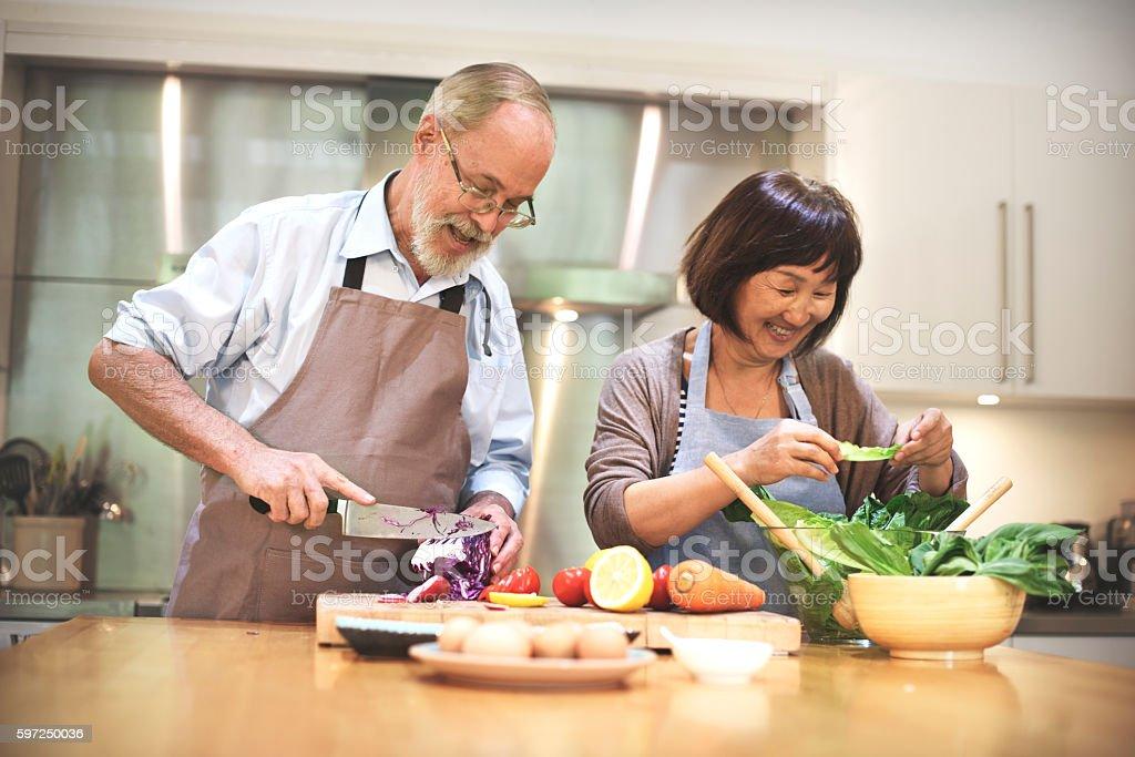 Familie kochen in der Küche essen miteinander Konzept – Foto