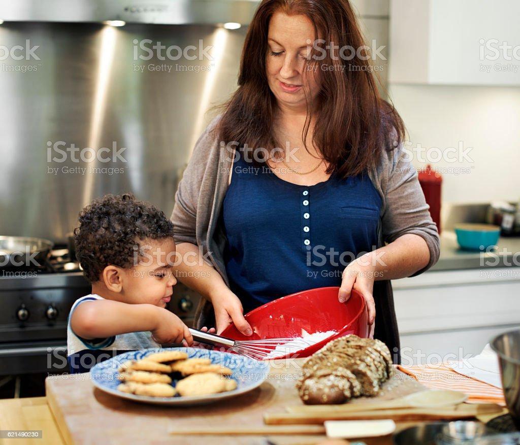 Familie kochen in der Küche essen miteinander Konzept Lizenzfreies stock-foto