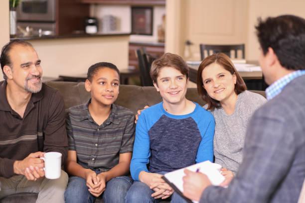 Familienberatung zu Hause mit Therapeuten. – Foto