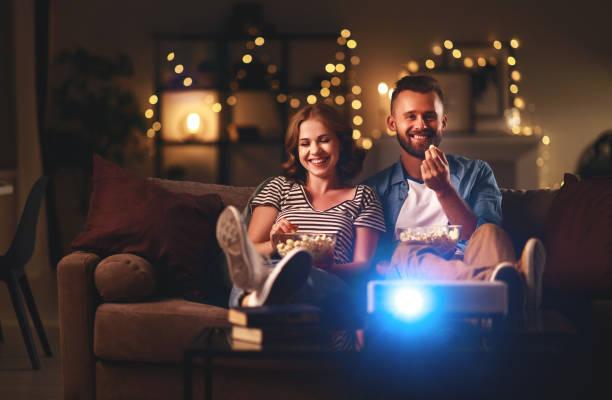 Familienpaar fernsehen zu Hause auf dem Sofa – Foto