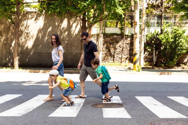 ... 通りを渡る家族楽しんでください。 - 横断する ストックフォトと画像