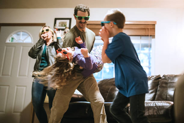 familie, tanzen und singen im wohnzimmer - papa humor stock-fotos und bilder