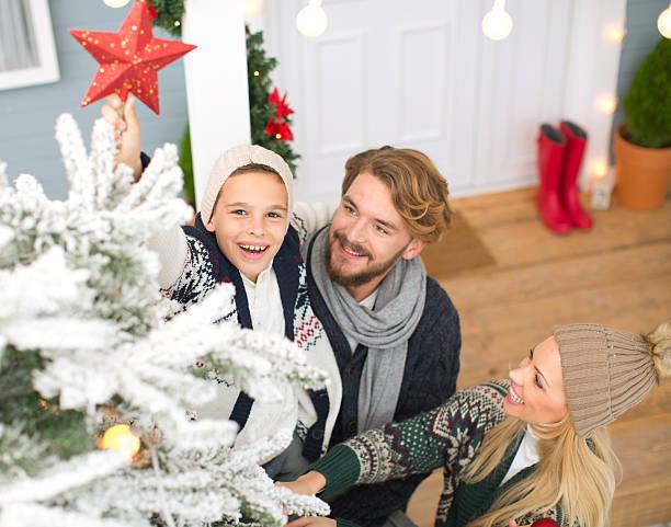 familie dekorieren weihnachtsbaum. - vorbau dekor stock-fotos und bilder