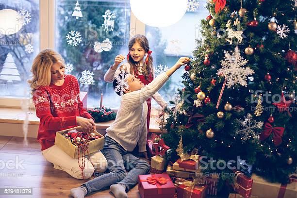 Family decorating christmas tree picture id529481379?b=1&k=6&m=529481379&s=612x612&h=hxzcr11wdebo29zkpvs1nvhot5ulegnzzscppvqe4fy=